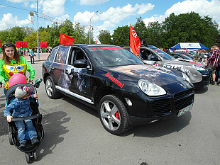 Insane - car made in Germany with Soviet flags!