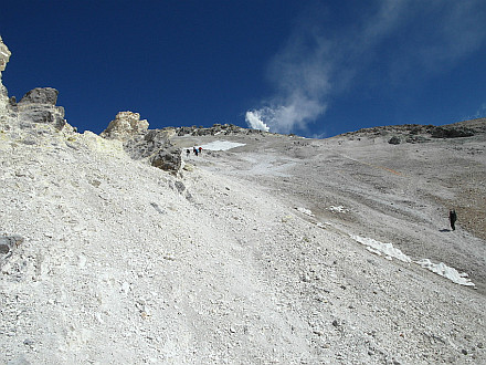 close to fore summit at 5500m, main summit with sulphur gases in the back
