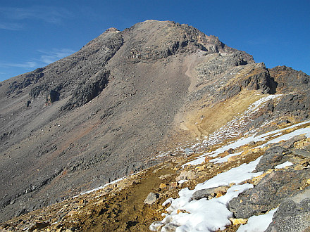 below already visible silver shelter of Refugio 19, above rises foresummit Las Rodillas (5080m)