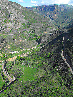 view of the Vorotan River Gorge from Halidzor - Tatev cablecar (380m height !)
